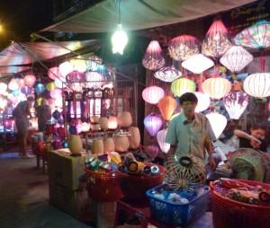 Marktstand mit Lampions und Laternen zum Verkauf
