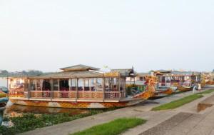 Drachenboote auf dem Parfümfluss. Kommet, ihr Touristen!