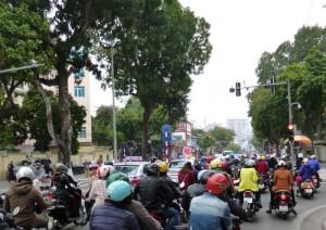 Tausende von Mopeds knattern durch Hanoi. Über die Straße gehen erfordert Mut oder wenigstens Ignoranz
