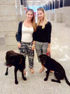 Antonia und Mauren mit den geretteten Hunden Luna und Monty auf dem Flughafen Son San Juan