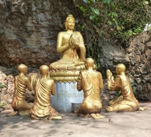Viele wunderschöne Skulpturen findet man am Fuß des Bergs Phousi